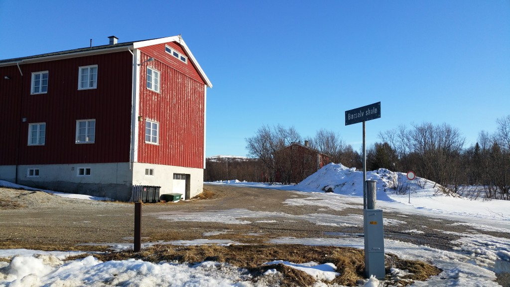 Det gamle skolebygget i Børselv er blitt asylmottak, og nå jakter Porsanger kommune på egnede lokaler for elevene i Børselv. KUVA HEIDI NILIMA MONSEN