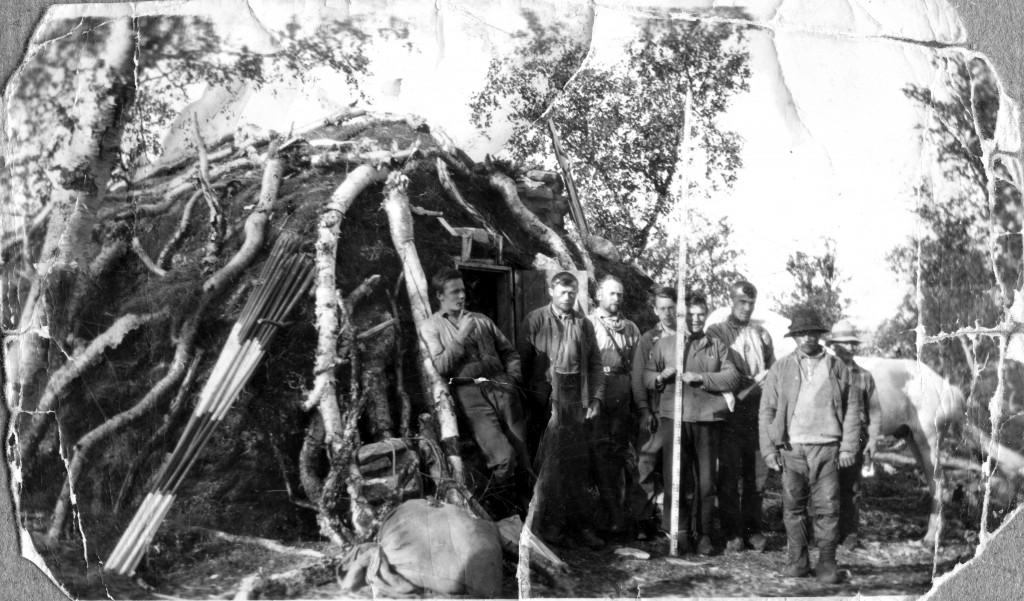 Foto_gamme på Børselvfjellet - Veistikningslag utenfor torvgamme på Børselvfjellet i 1934.Helt til høyre står John Johansen Skogen (f.1887-d. 1973) fra Børselv. Fotograf: Thoralf Hamborg, Stabekk.