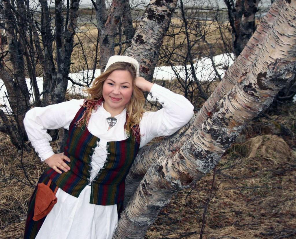 Noora Ollila i kvendrakten. Bildet ble tatt 17.mai 2014. KUVA Isak Johan Ollila.
