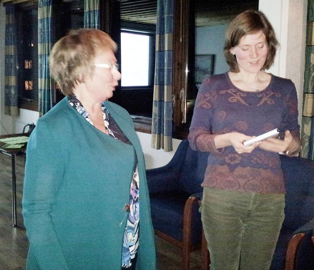 Leder Anne Wilhelmsen i Qvän Østlandet takker Merethe Eidstø Kristiansen for et interessant foredrag. KUVA: ASBJØRG DYVEKE JOHNSEN