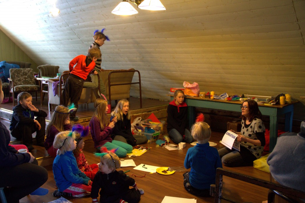 På familieleiren er familier fra både Norge og Tornedalen samlet for å lære kvensk og meänkieli, samt bygge nettverk. Disse bildene er fra fjorårets familieleir.