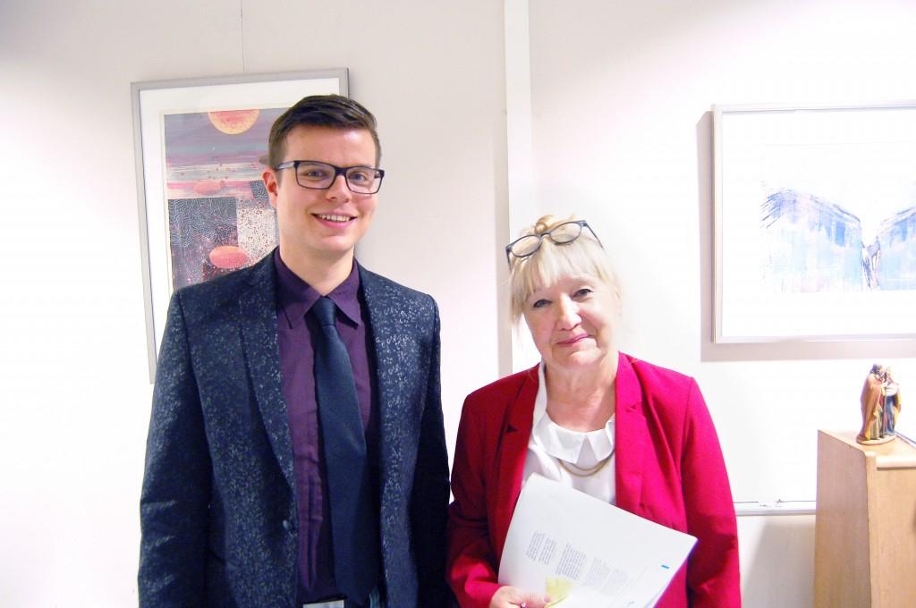 Jouni Carlsson käyttää paljon aikaa norjansuomalaisten auttamiseen. Oikealla on Ulla-Maria Johansen, Norsk-finsk foreningin-Norjalais-suomalaisen yhdistyksen puheenjohtaja. KUVA: SILJA BJÖRKLUND EINARSDÓTTIR