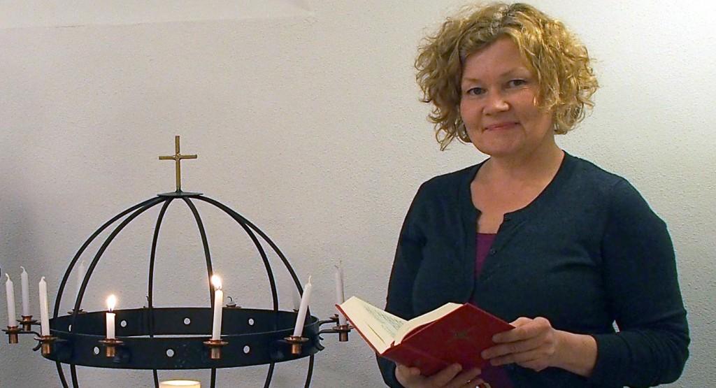 – Det er tydelig at det er mange som har gamle finske salmebøker liggende som de nå finner frem igjen, sier Kristin Mellem som denne høsten er prosjektleder for bispedømmets kvenske salmeprosjekt «Gamle salmer mot nye tider» . KUVA LIISA KOIVULEHTO