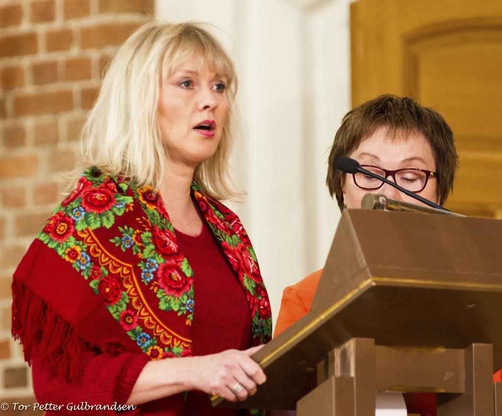 Anne Wilhelmsen, leder av Qvän Østlandet, leste bibeltekster på kvensk, og Kjellrun (Pia) Wilhelmsen leste de samme avsnittene på norsk. KUVA TOR PETTER GULBRANDSEN
