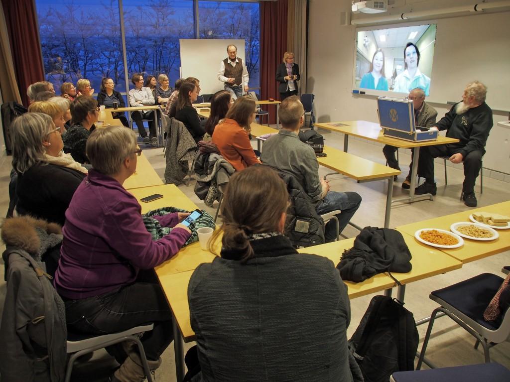 Rundt 40 mennesker hadde møtt opp på markeringen av Kvenfolkets dag i Tromsø. KUVAT LIISA KOIVULEHTO