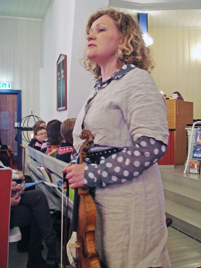 Kristin Mellem spilte fiolin og sang på kvensk