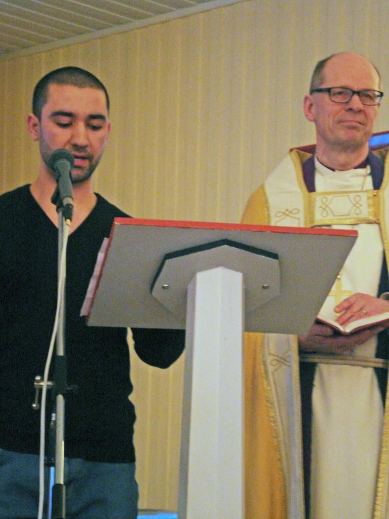 Farhad Arghandiwal og biskop i Nord-Hålogaland Olav Øygard)