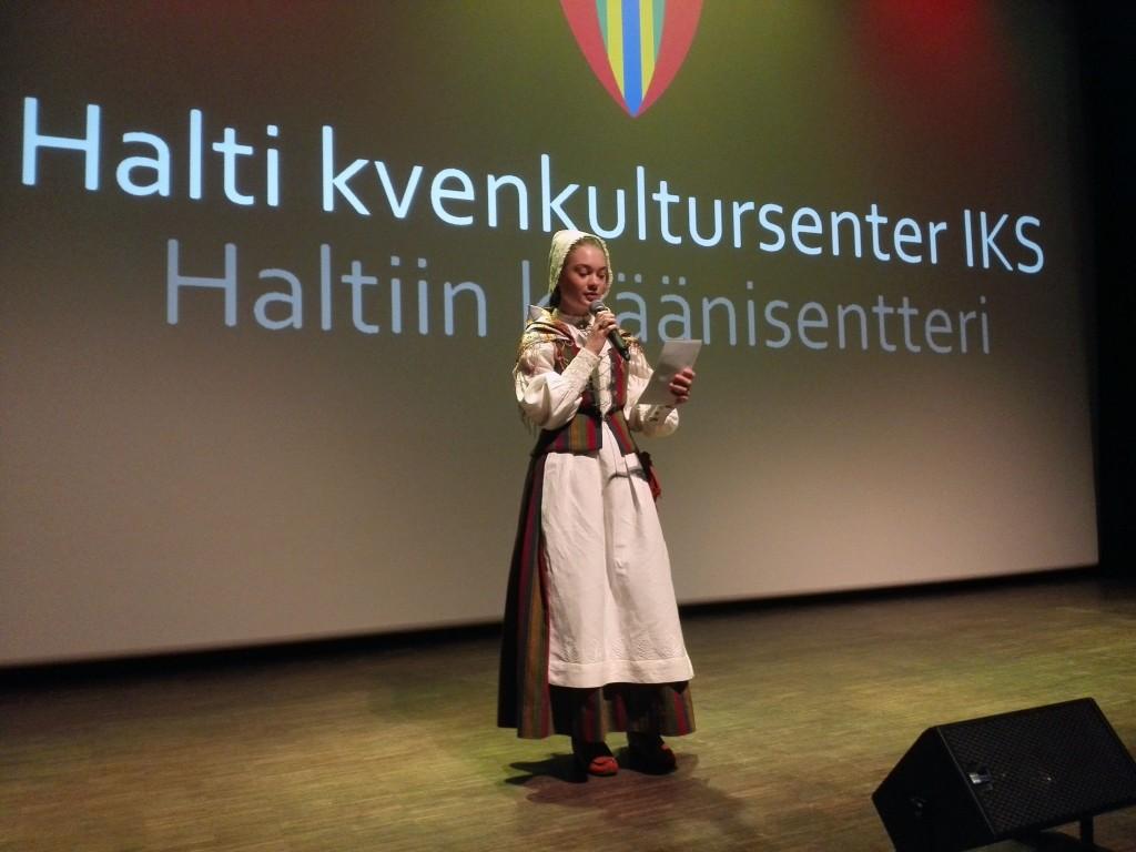 Kristin Haslund Salo var konferansier for anledningen, selvsagt ikledd den flotte kvendrakten. Foto: Halti kvenkultursenter