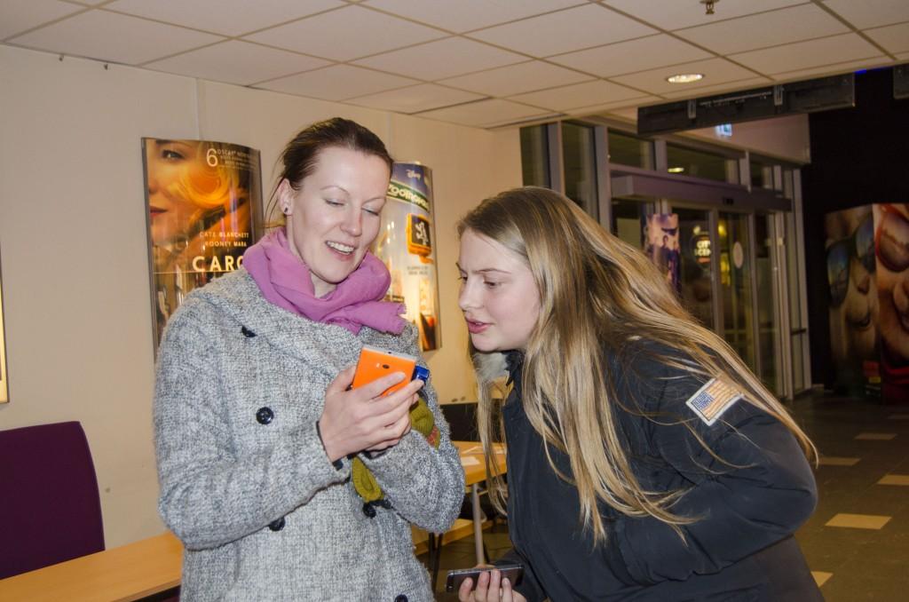 Hilja Huru viser Kaisa Sundelin hvordan hun enkelt kan bli medlem i den kvenske ungdomsorganisasjonen Kveeninuoret ved hjelp av mobiltelefonen.