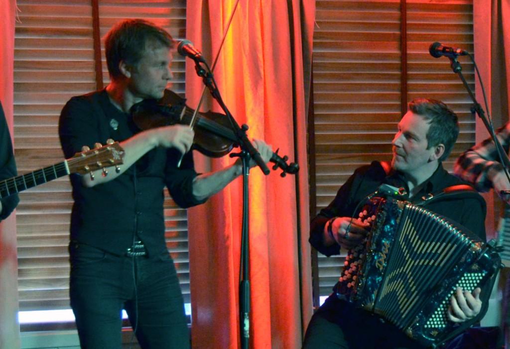 I tv-serien Bastubaletten møter vi blant annet riksspillemennene Daniel Wikslund og Fredrik Hangasjärvi som mange kjenner fra blant annet Paaskiviikko. KUVA HEIDI NILIMA MONSEN