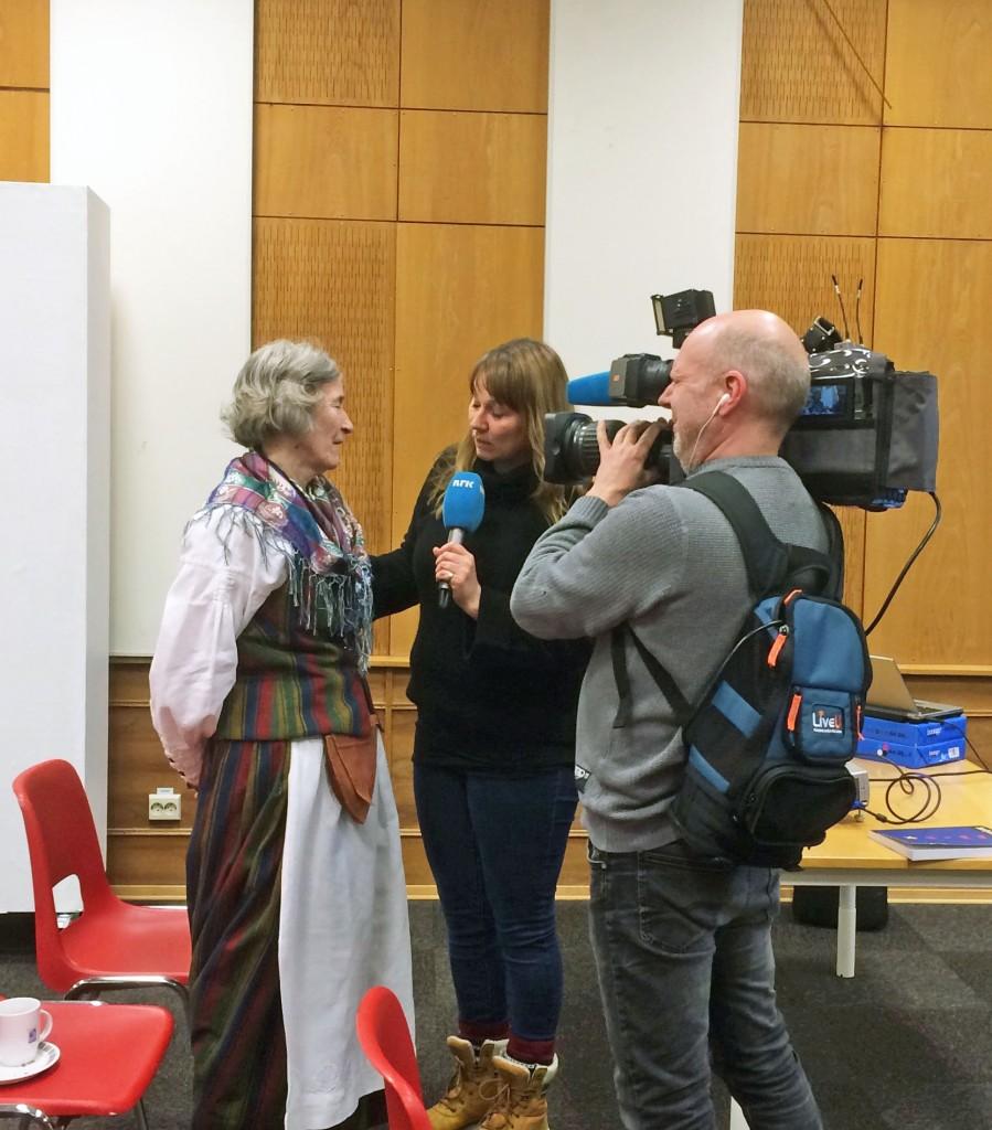 Her blir Astrid Ballo intervjuet på direkten av NRK Nordnytt, ved Liss Jacobsen. KUVA RUIJA KVENMUSEUM