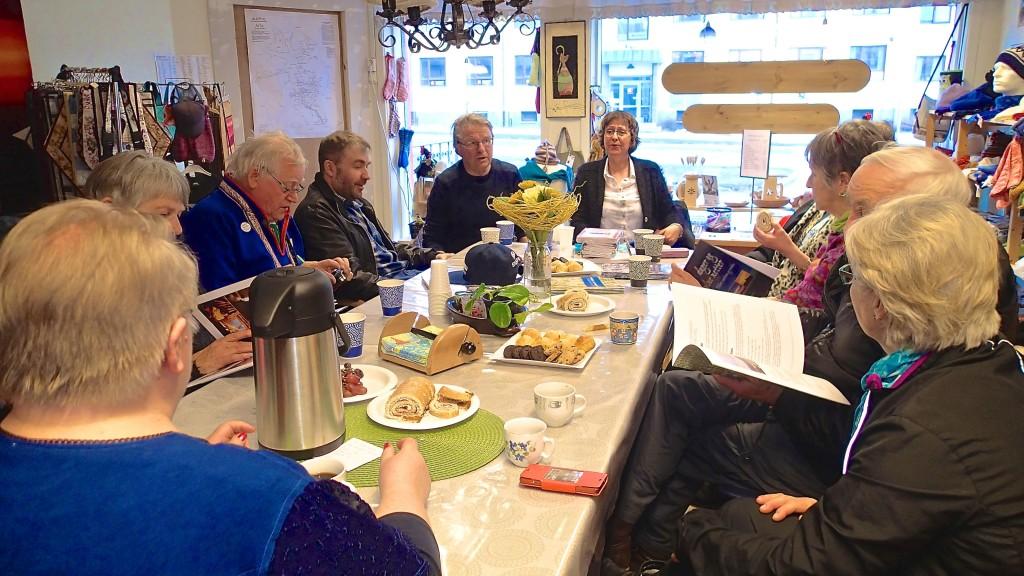 Hilde Skanke og noen av de fremmøtte i Alta Kvenforening i uformell samtale. KUVAT ALF E. HANSEN