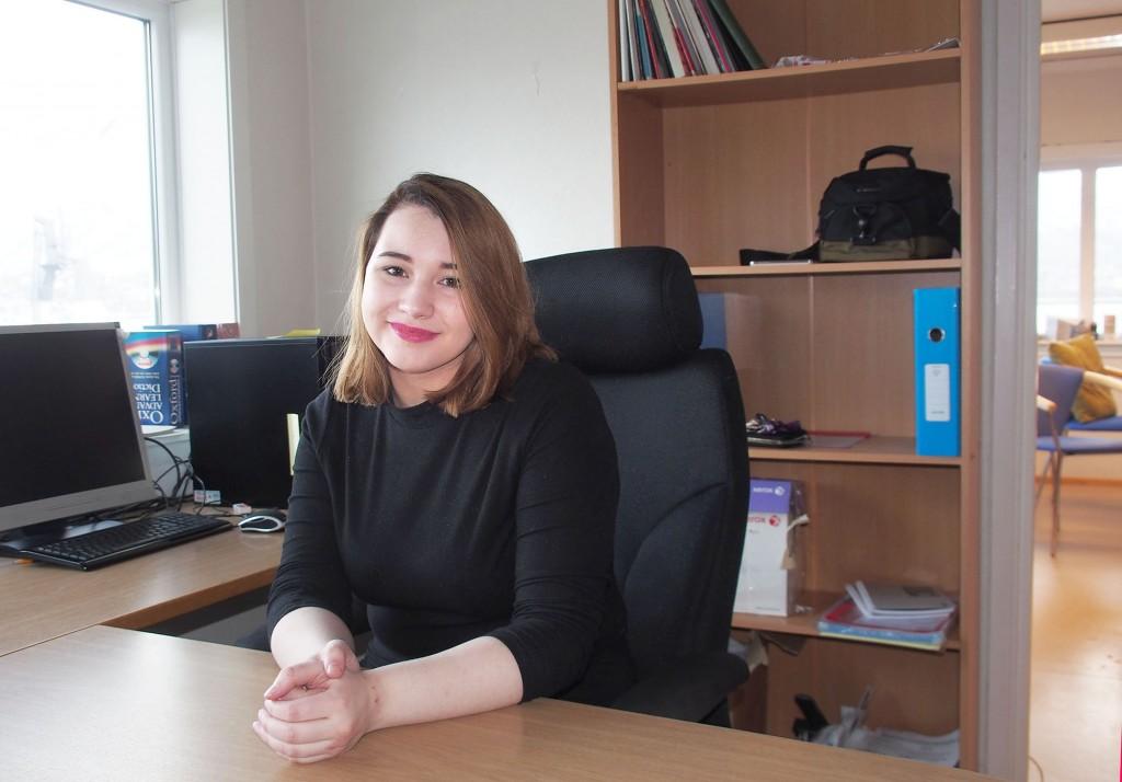 Sofie Blomstrand Figenschou har begynt som informasjonsmedarbeider i 20 prosent stilling for Norske Kveners Forbund - Ruijan kveeniliitto. Hun jobber også med forbundets ungdomsprosjekt som foreløpig er finansiert ut 2016. KUVA: LIISA KOIVULEHTO