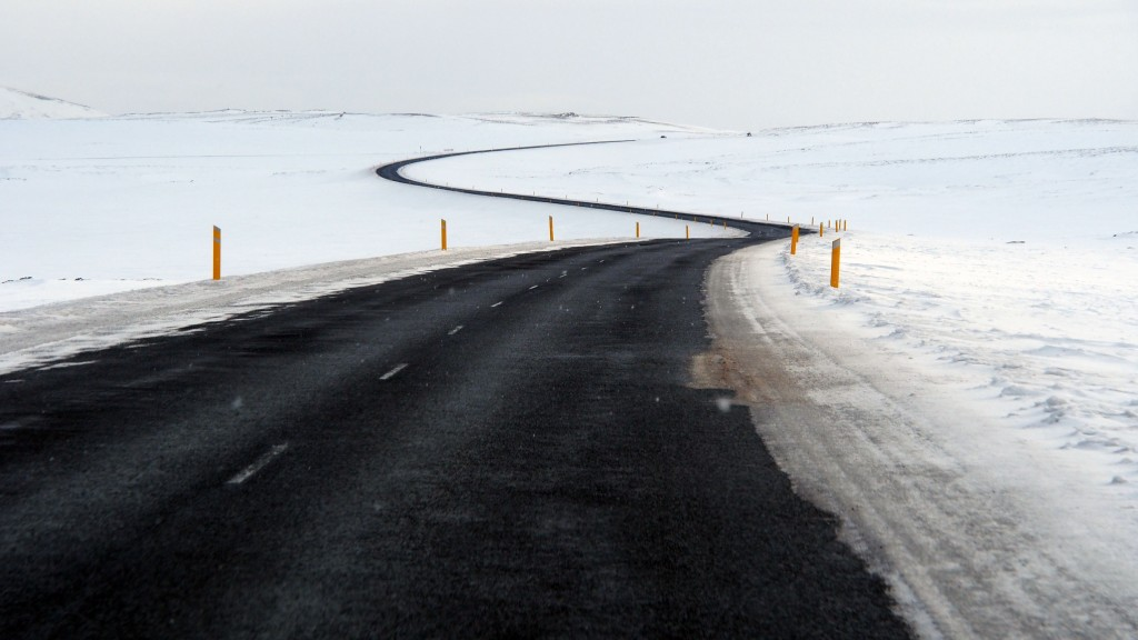 Musta tie kaarttaa ja ailattellee valkkeen tyhjyyđen halki.