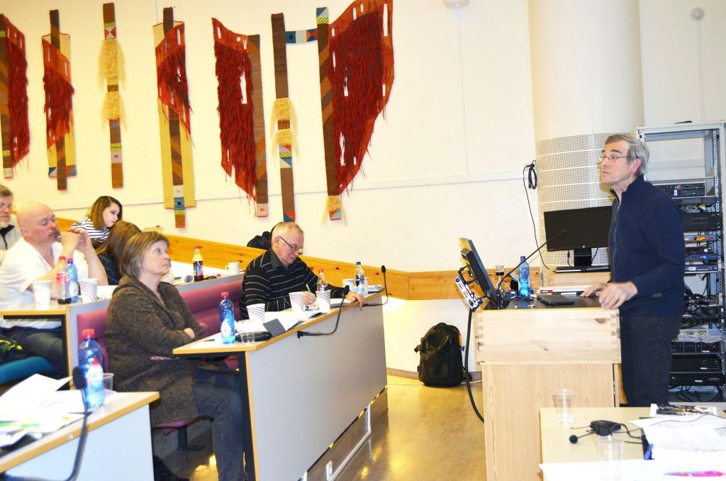 Einar Niemi ga en innføring i kvener og urfolkstatus under NKFs landsmøte i Alta. – Urfolksdefinisjonen er ikke helt klar og entydig definert internasjonalt, påpekte han. KUVA HEIDI NILIMA MONSEN
