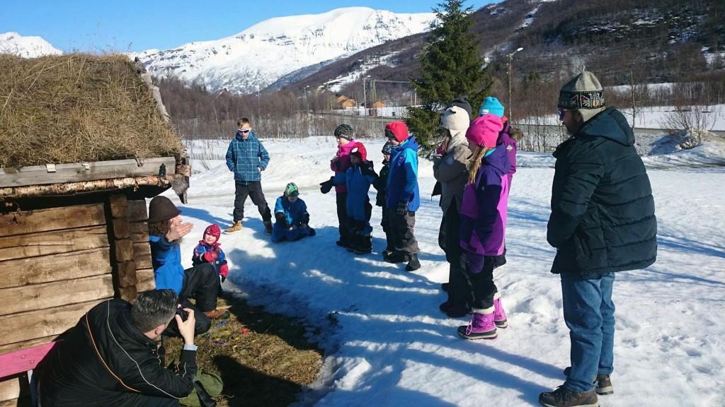 Daniel Särkijärvi hadde språklig opplegg for barna. KUVAT EVA VICTORIA ESBERG