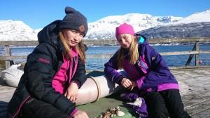 Anna-Maja og Ida-Kristin Esberg Päiviö koser seg i sjøkanten. De syns det er kult å få nye venner i Norge.