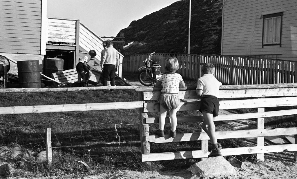 Barn leker med lemen i Hans Hansens hage i august 1970. KUVAT: VENKE OLSEN, Tromsø Museum – Universitetsmuseet