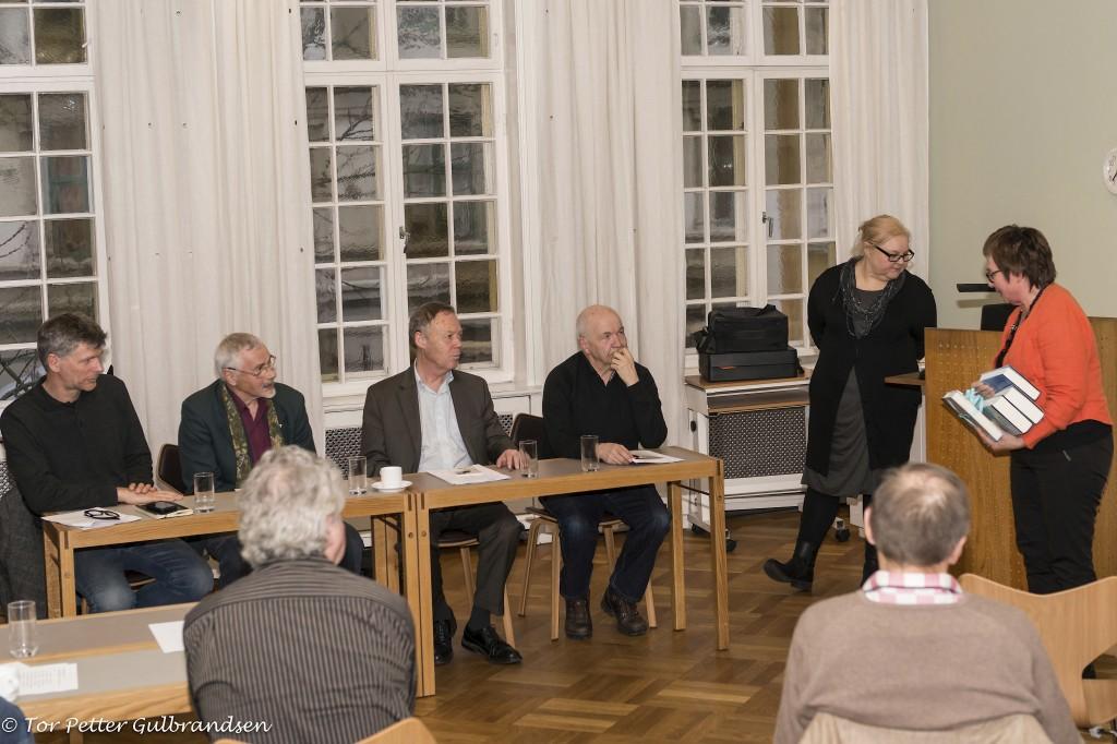 I debattpanelet var professor Knut Bergsvik, Ivar Dervo, Petter Wille og professor Henning Johansson. Møtet ble ledet av Heidi Nilima Monsen og arrangert av Qvän Østlandet, her ved leder Anne Wilhelmsen.