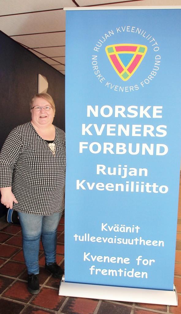 – Jo flere medlemmer, jo flere medkvener! sier Grete Alise Nilima Monsen, foran banneren som gis som vervepremiere for de lokallag som verver flest nye medlemmer. KUVA: LIISA KOIVULEHTO