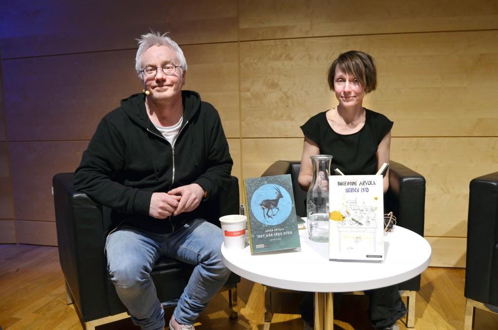 Jakob Arvola og Ingeborg Arvola møttes for første gang. Dette var et populært møte, for mange hadde funnet veien til Nasjonalbiblioteket. For de som ennå ikke har lest bøkene deres, er anbefalingen herved gitt. KUVA SOLVEIG JOHNSEN