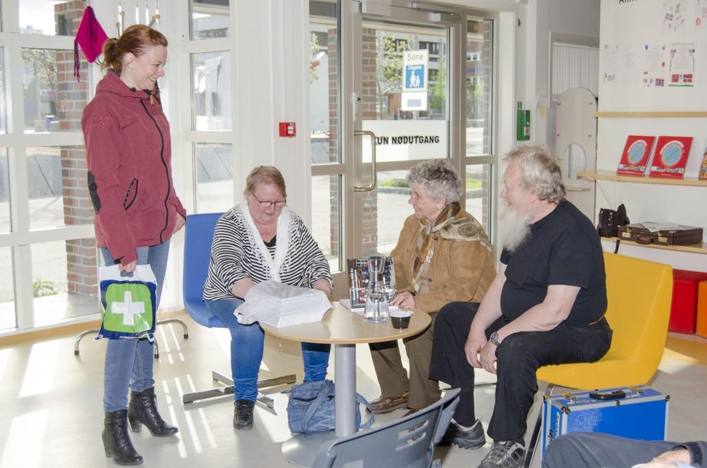 Det var godt oppmøte på biblioteket i Alta da Reidun Mellem presenterte boka si, her sammen med Sissel Hesjevoll, Grete Alise Monsen og Åge Mellem. Hesjevoll var en av de som benyttet sjansen til å melde seg inn i Alta Kvenforening, og dermed fikk en bok gratis som en del av forbundets vervekampanje. KUVA HEIDI NILIMA MONSEN