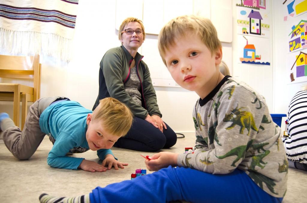 Ko Edel Skogen Andersen oli lapsi, hän kuuli ko hänen kotona puhutthiin kväänin kieltä. Nyt hän saattaa puhhuut sitä Johaneksele ja Juliuksele ja muile lapsile Bärtuan lastentarhaassa. KUVAT HEIDI NILIMA MONSEN