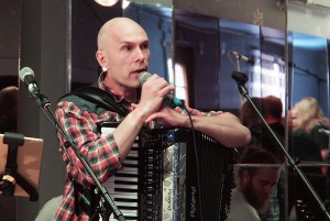 Musiker og kulturarbeider Jan Johansson fra Tornedalen (Jord, Julma) sier at koret Kvääniäänii er spennende med sin blanding av ungdommer og voksne.