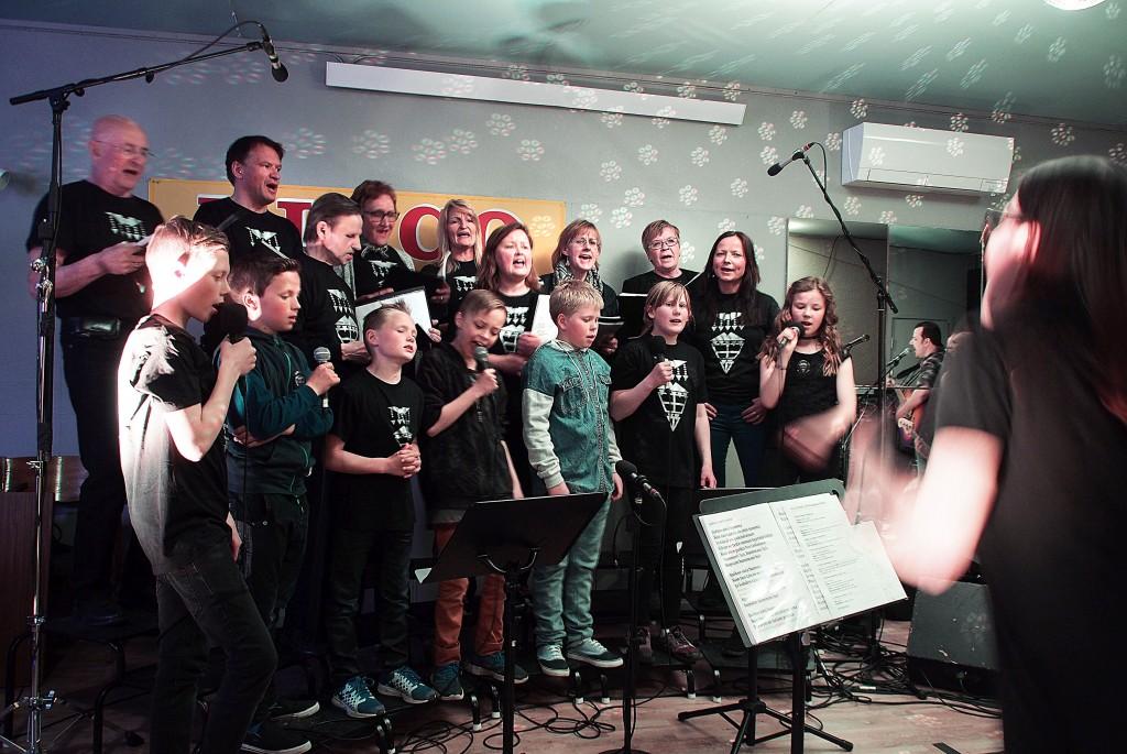 Det kvenske koret Kvääniäänii hadde tre felleskonserter med bandet Julma under Paaskiviikko. Repertuaret var mye av det samme som før, men med nye og svingende arrangement. KUVAT: LIISA KOIVULEHTO