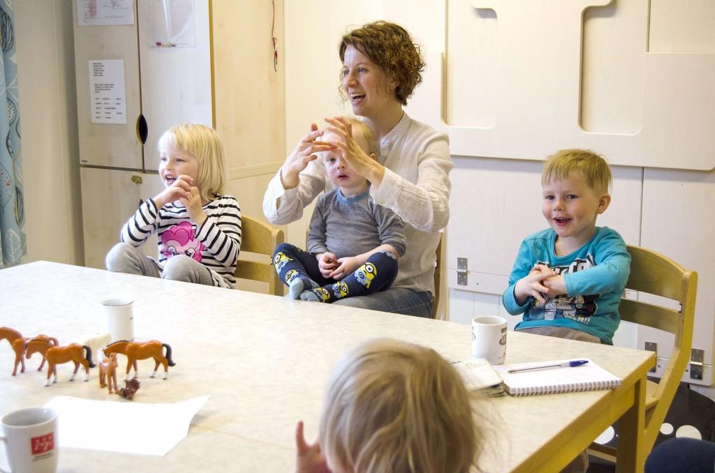 Anna-Kaisa Räisänen ja Kainun institutti oon vastuussa kielipesän pedagoogisesta systeemistä. Laulut ja lorut oon tärkkee osa tätä.