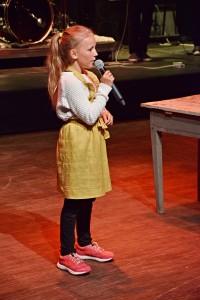 VAKKERT: Hedda Johansen Bjerkli (11) hadde flere store roller i oppsetningen og imponerte også med en fantastisk sangstemme.