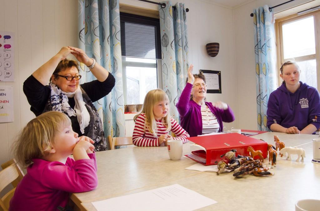 Margrethen (kuvassa keskelä) äiti muistelee ette tytär tykkää laulaa kotonaki niitä kainulaissii laului mitä hän oon oppinu kielipesässä Liv Annielta ja Sonjalta. KUVAT HEIDI NILIMA MONSEN