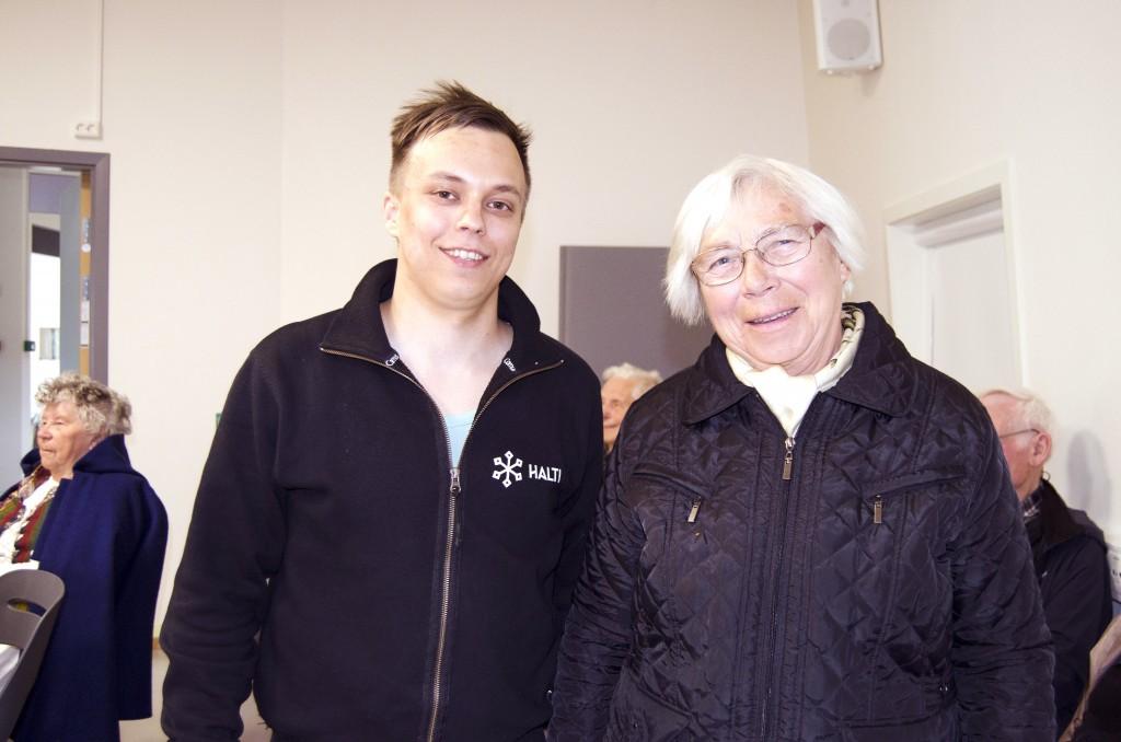 Pål Vegard Eriksen sammen med en av filmens hovedpersoner, Aase Olsen. – Æ e fortsatt stolt over å være kvæn! smiler hun. KUVA HEIDI NILIMA MONSEN