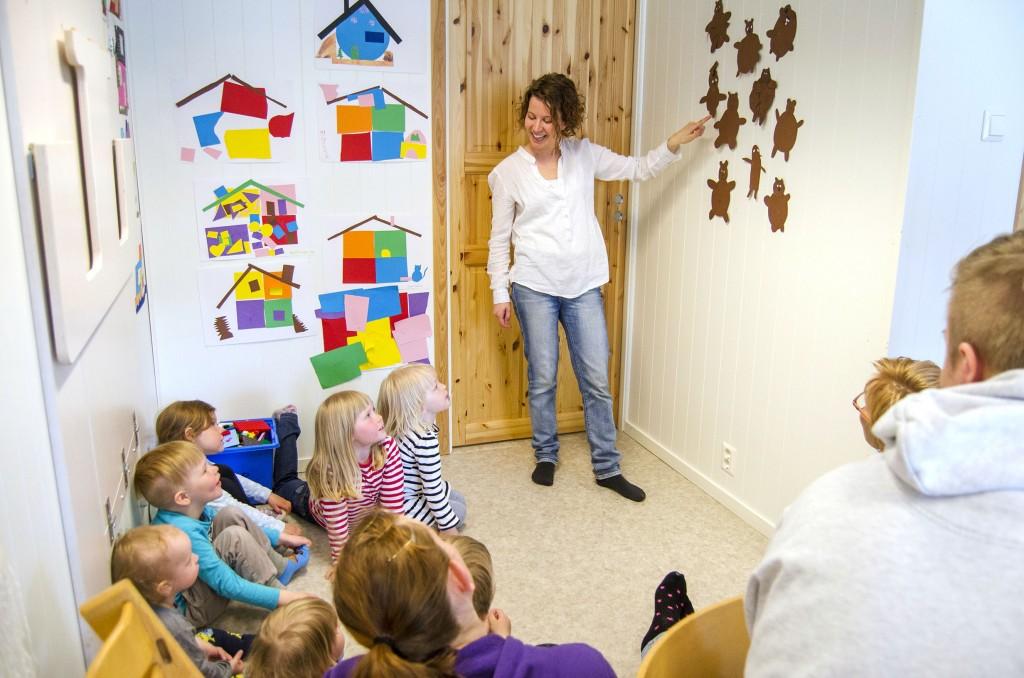 Anna-Kaisa Räisänen näkkee kunka paljon lapset oon oppinheet sen jälkhiin ko het alethiin kielipesässä februaarikuussa. Het oon ottanheet kielen enämen omaksi ja se alkkaa olla heile luonolinen assii. KUVAT HEIDI NILIMA MONSEN