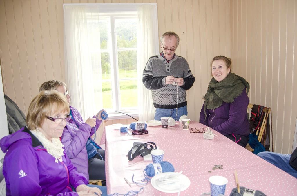 Ole Jan Knutsen viste fram den gamle nåleteknikken. – Teknikken er jo kjent over hele verden, men nå er det nesten ingen som kan det mer, fortelelr han.