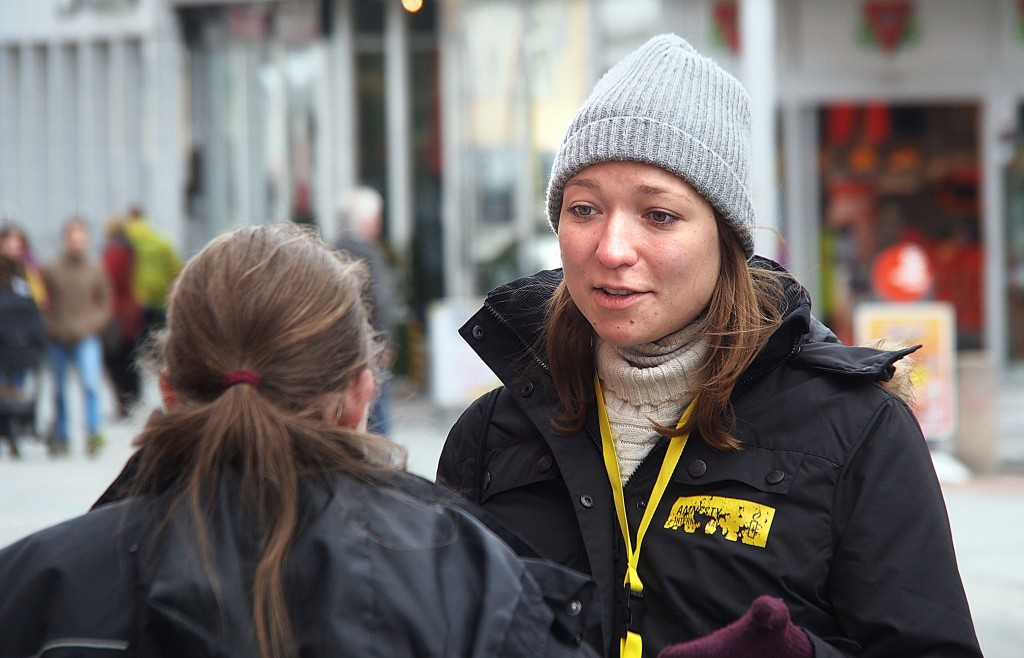 Auguste Jasiulyte oon asunu tämän talven Tromssassa ja opiskellu sekä suomee ette ruijaa. Kevhäälä hän työteli muutaman viikon aijan Amnestyn vappaaehtoisena työntekkiijänä Tromssan pääkadula missä hän freistasi värvätä ihmissii Amnestyn jäseniksi. KUVA: LIISA KOIVULEHTO