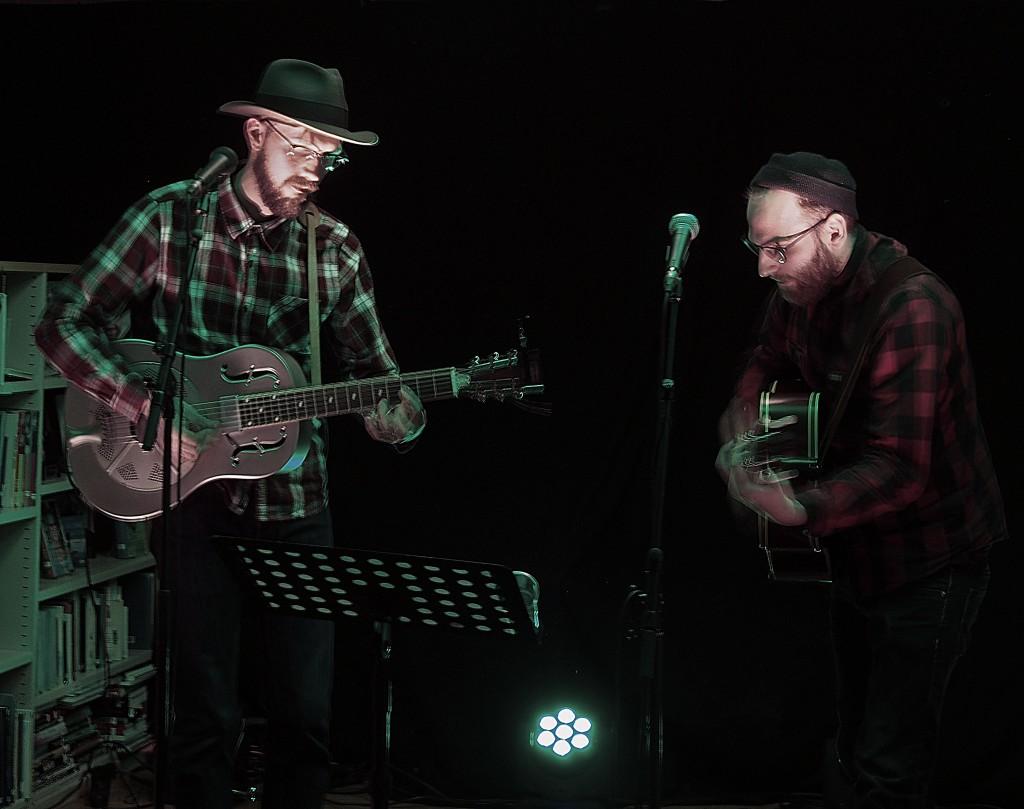 Viktor Fors Mäntyranta ja Anders Fischer eli bändi Surunmaa pelatthiin Paaskiviikolla Yykeässä ja Kieruassa. Heän tulleeva prosjekti oon kruuvilaulut.