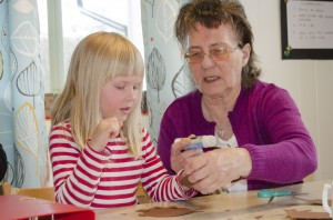 – Met puhuma kväänii ja lapset ymmärrethään. Se oon soma nähđä kunka noppeesti lapset oon alkanheet ymmärtämhään ja näin lyhykäisessä aijassa. Se mennee hyvin! sannoo Sonja Nyby joka tässä auttaa Margrete Wilhelmsen Vidalii.