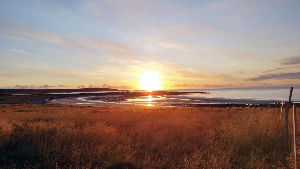 Her står høstsola opp av Austhavet. Bildet er tatt i Skallelv. KUVA HEIDI NILIMA MONSEN