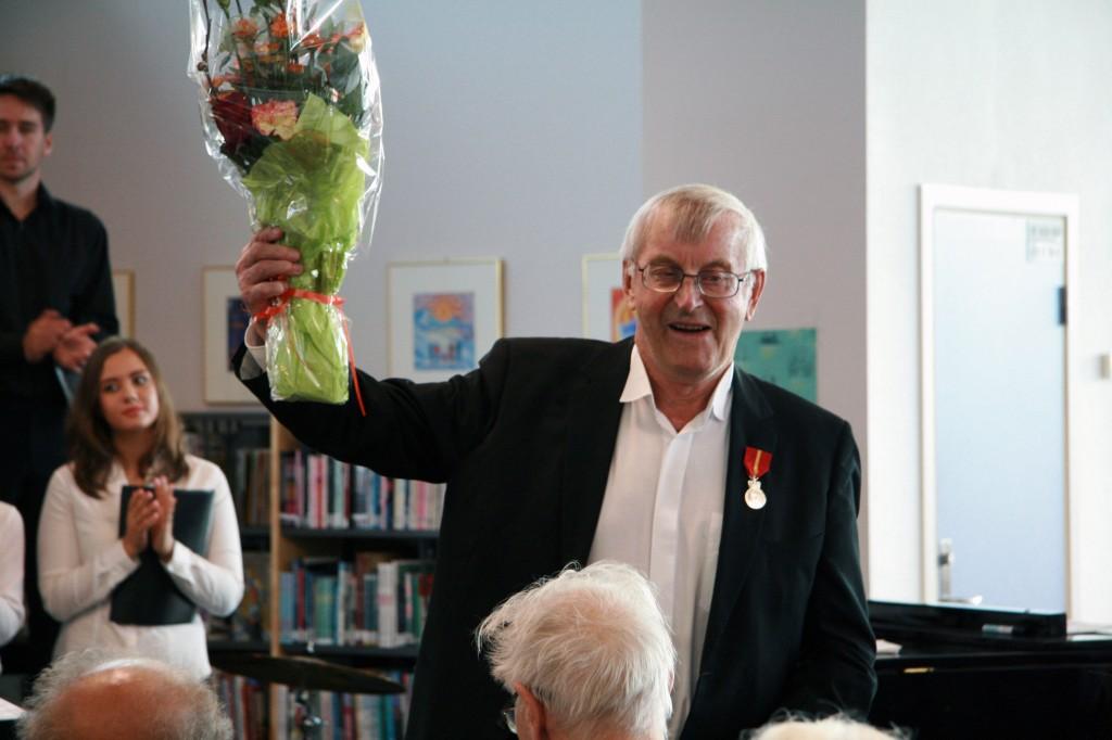 Nils Petter Pedersen er stolt og glad etter å ha mottat fortjenestesmedaljen. KUVAT Anna Solvoll Rognmo