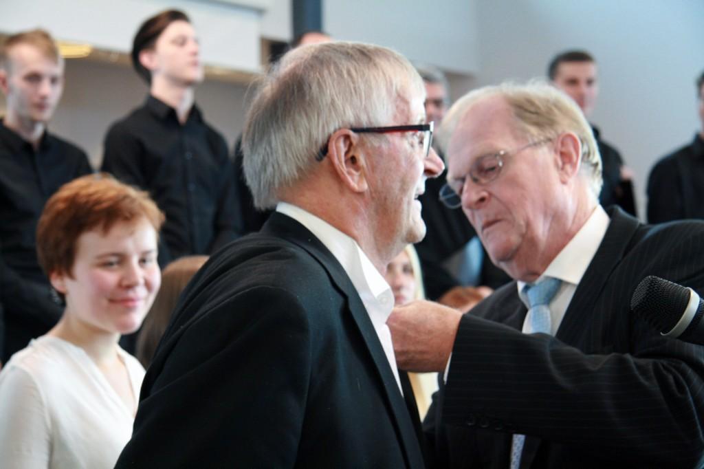 Her fester fylkesmann Gunnar Kjønnøy medaljen på Nils Petter Pedersen