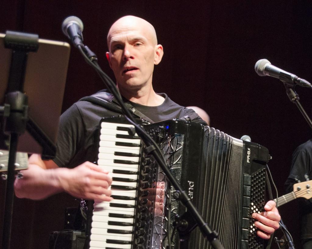 Jan Johansson fra gruppa Jord fikk ideen til forestillinga «Tjära människa», som forteller om folkekunstneren Vilho Akseli Ollikainen. Denne uken vises den i Målselv. KUBA HEIDI NILIMA MONSEN