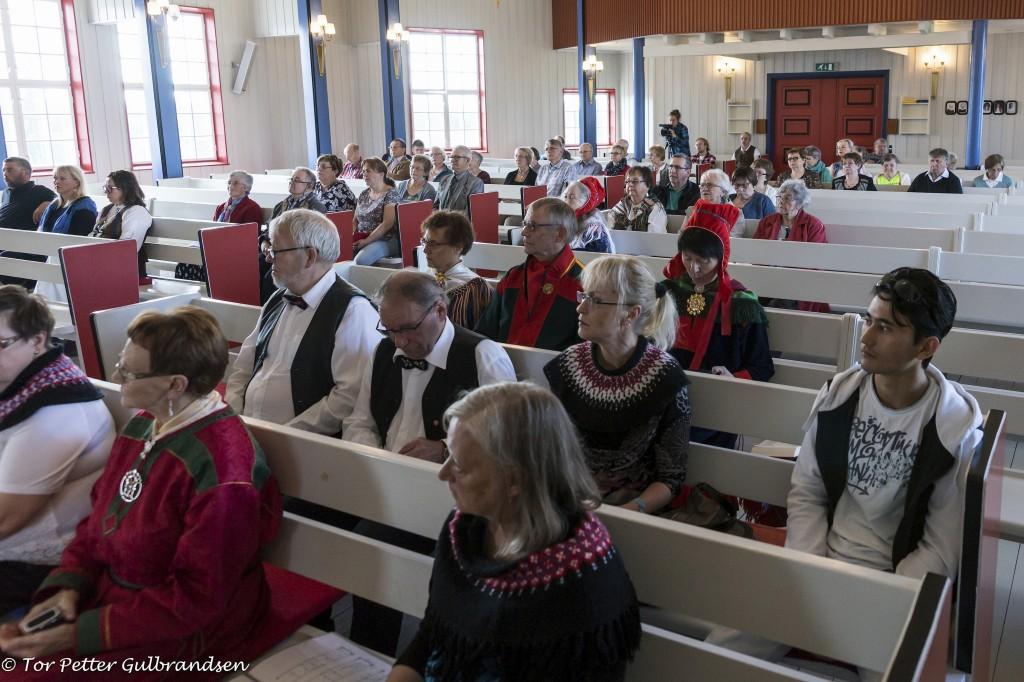 Store deler av bygdefolket hadde samlet seg til gudstjeneste.