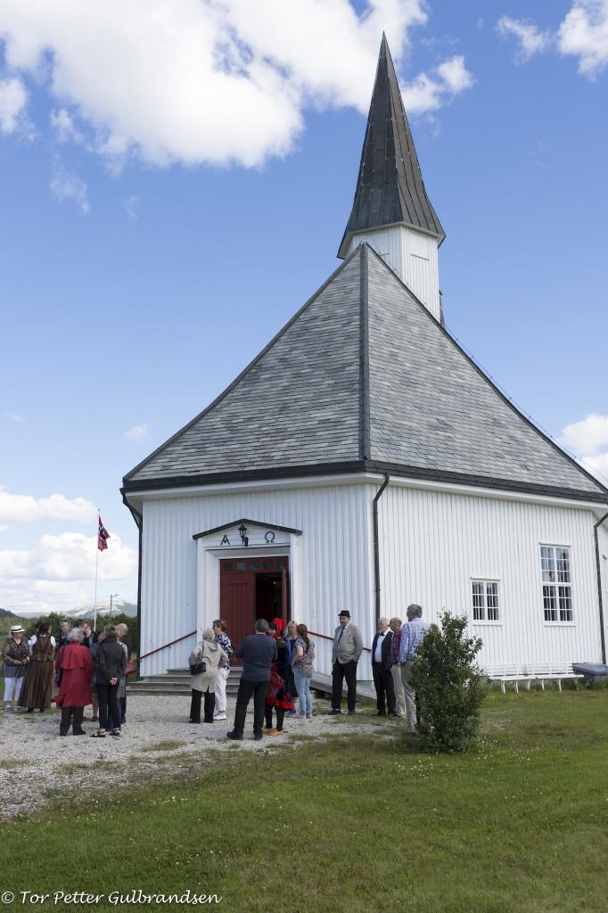 Til tross for strålende sommervær, møtte mange opp til den tradisjonelle kvenske gudstjenesten i Børselv Kirke.