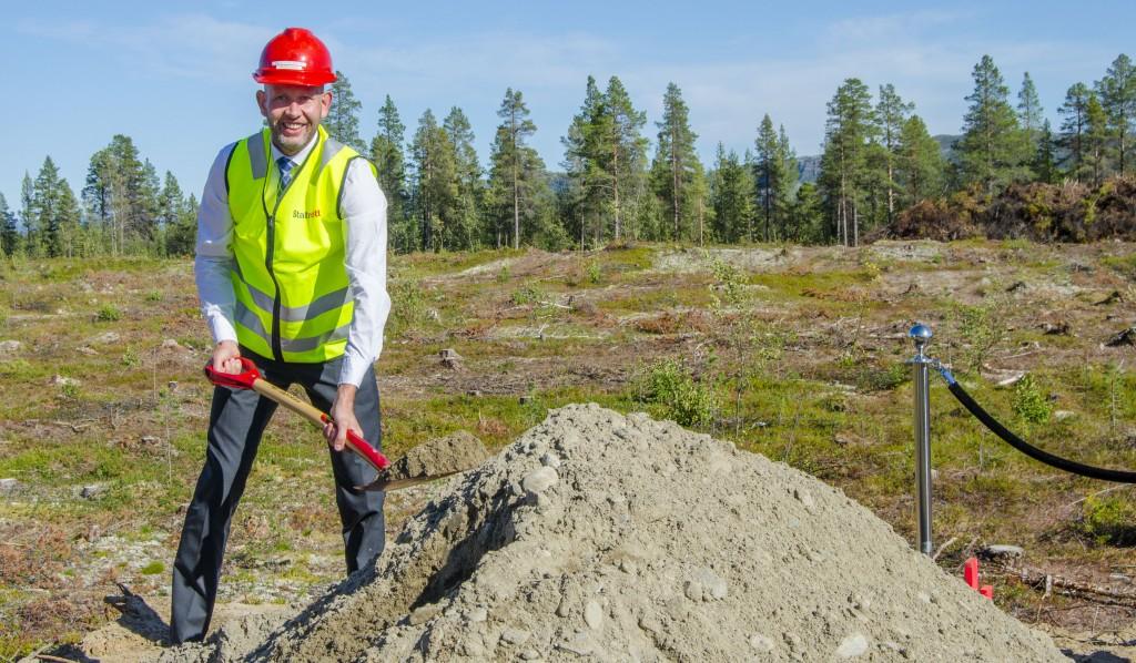 Kvenene holdt seg langt unna da Oljje- og energiminister Tord Lien satte første spadetak i jorda på Skillemoen i dag. De ville nemlig ikke være med på å feire ødeleggelsen av et viktigkvensk kulturminne. KUVA HEIDI NILIMA MONSEN