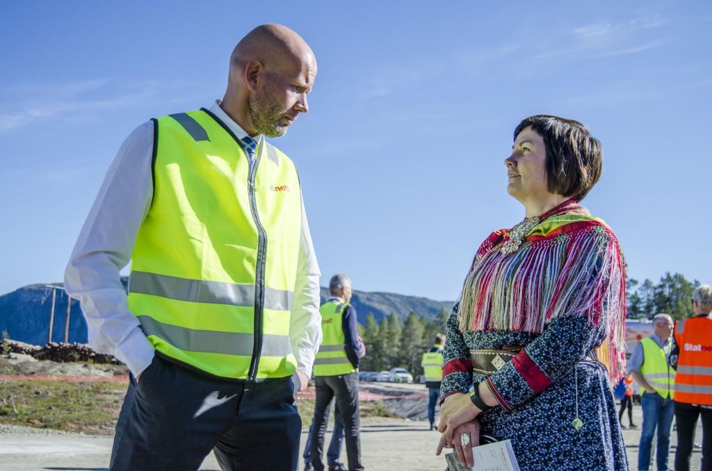 Sametingspresident Aili Keskitalo, her sammen med Olje- og energiminister Tord Lien, syns det er dumt at viktige kulturminner går tapt under utbyggingen, men at dokumentasjon av disse også har stor verdi. KUVA HEIDI NILIMA MONSEN