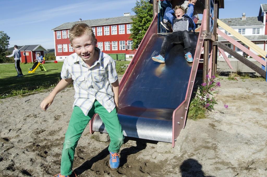 Olver (8) er kjempeglad for å kunne starte skoleåret på Børselv skole. KUVA HEIDI NILIMA MONSEN