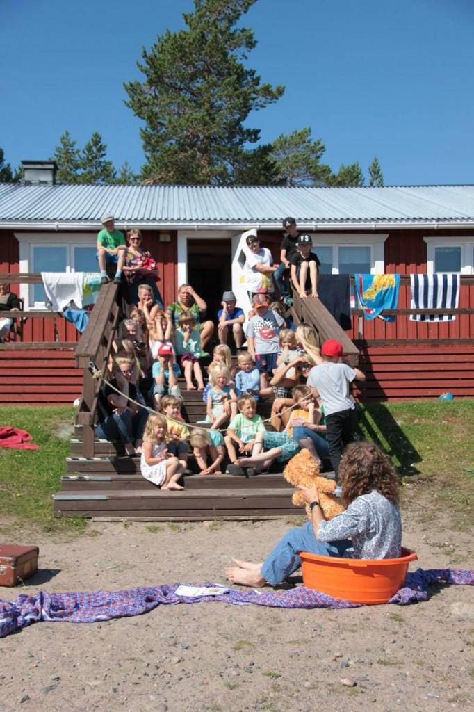 "Daniel Särkijärvi lærer barna språk på en svært underholdende måte. Her sitter han i en ""palja""."