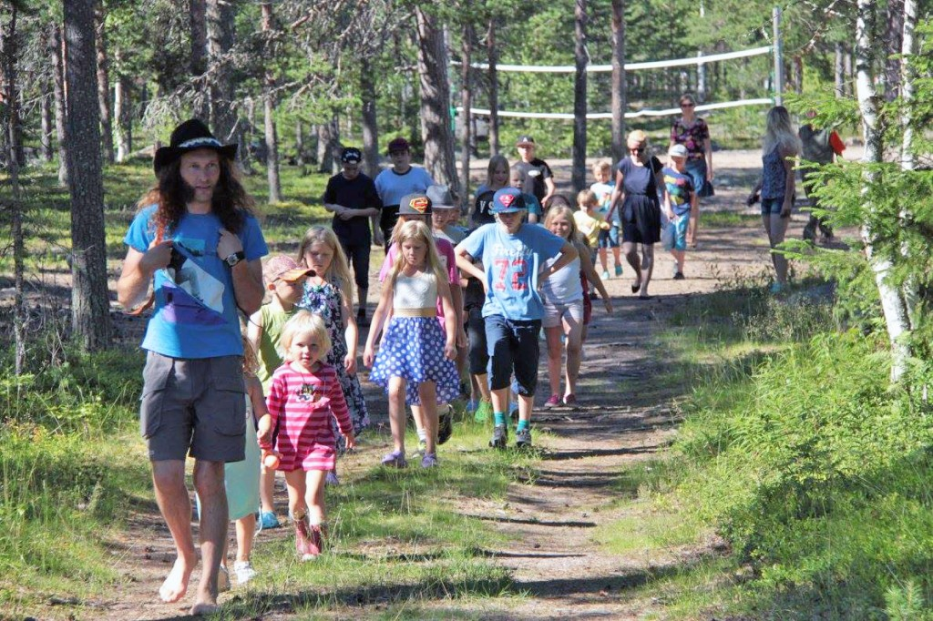 Daniel Särkijärvi leder barna ut på språkeventyr i skogen. KUVAT REIJO KEMI