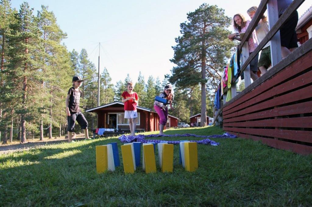 Lek og moro er viktig for språkutvikling. Her demonstrerer Tove Reibo kubbespillet meänpeli.